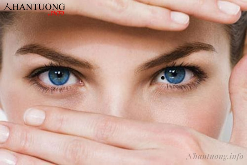 Phụ nữ có nốt ruồi trong mắt trái